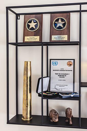 «SKRYTEHYLLEN»: Plaketter fra Berges tid som president i sjøkadettforeningen Valkyrien og Margretes medaljer fra Mali.