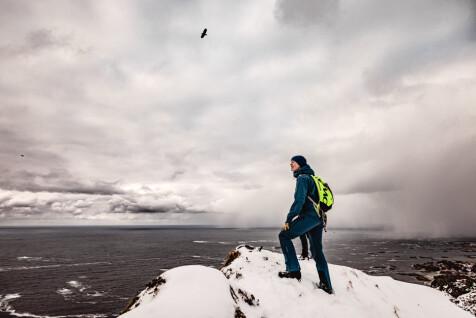 Kristin og en havørn på toppen av Andhue.