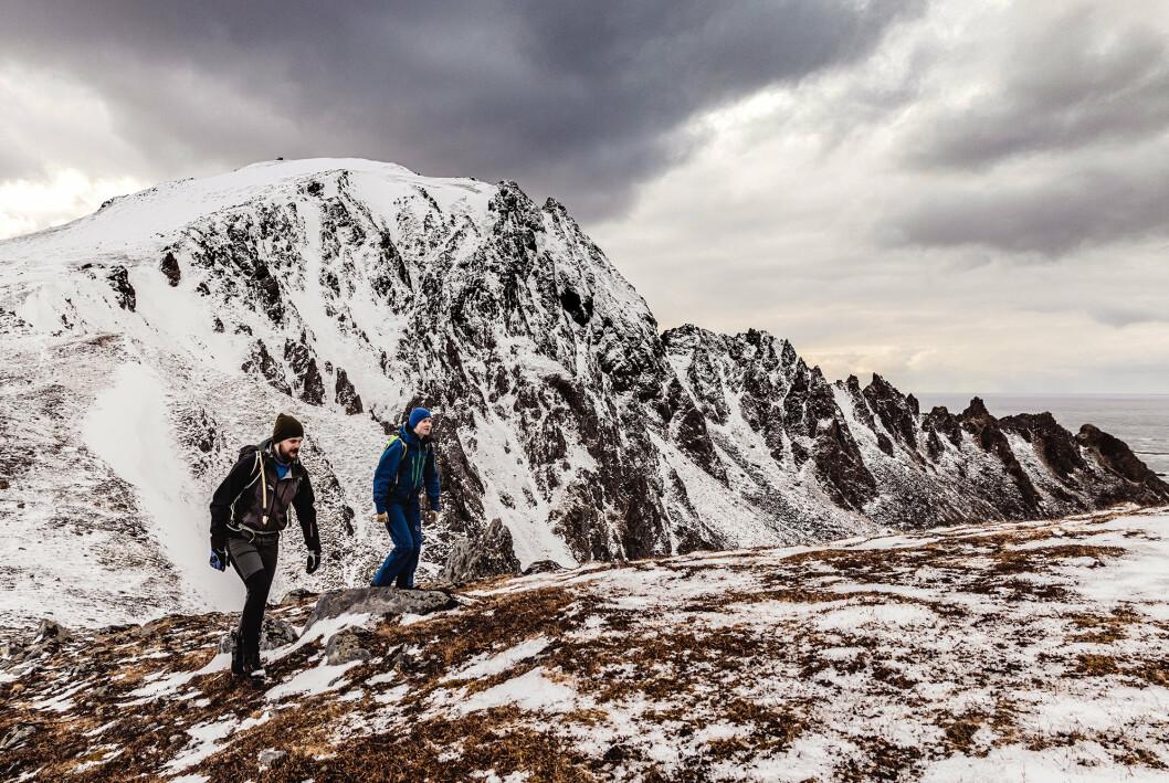 Kristin og en kollega på vei opp til Andhue, fjelltoppen rett over Andøya flystasjon.