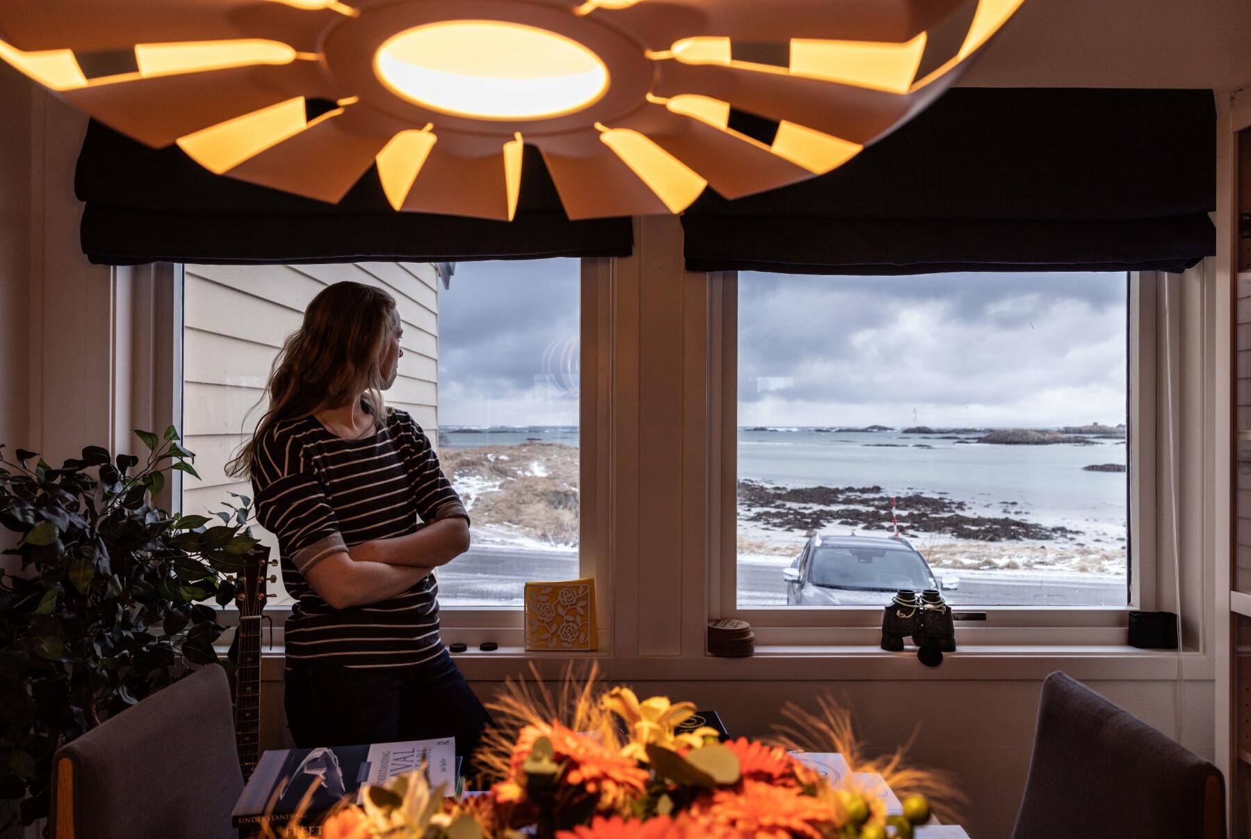 Kristin bor 40 meter unna Norskehavet. I vinduet står kikkerten klar.