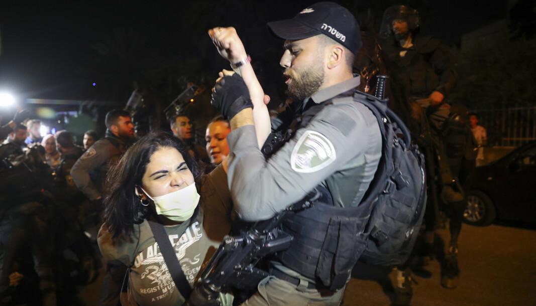 PROTEST: En palestinsk kvinne og en israelsk politimann. Palestinerne protesterer mot planlagte utkastelser av palestinske familier i nabolaget Sheikh Jarrah, øst i Jerusalem.
