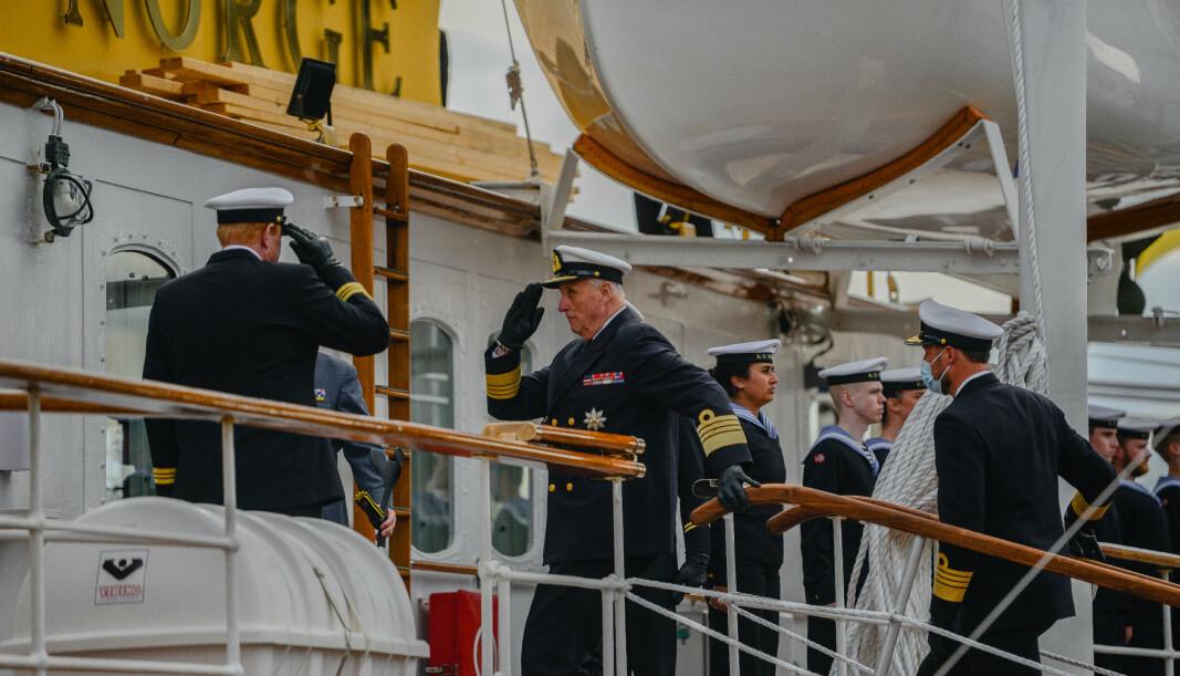 TATT IMOT: Kongen og Kronprinsen ble tatt imot av skipssjef, kommandørkaptein Geir Vidar Thorkildsen da de gikk om bord fra Filipstadkaia i Oslo havn.