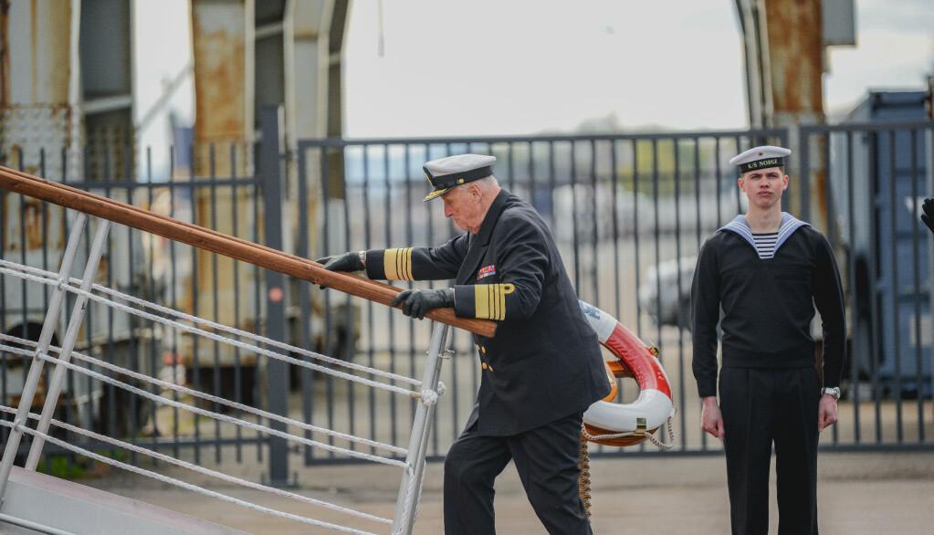 INSPISERE: Kongen gikk om bord på kongeskipet torsdag den 6. mai for å inspisere