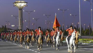 SEIERSDAGEN: Turkmenske soldater kledd i landets nasjonaldrakt under markeringen av 9. mai i fjor.