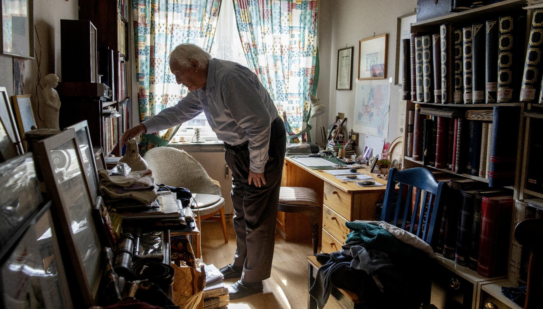 MINNER: På kontoret har Rathke samlet fotografier og artikler fra et langt liv. Han har holdt seg oppdatert på alt som skrives om ham og om veteranene fra Kompani Linge frem til i dag. Også bøkene som ikke får plass i bokhyllen i stuen, får plass her inne.
