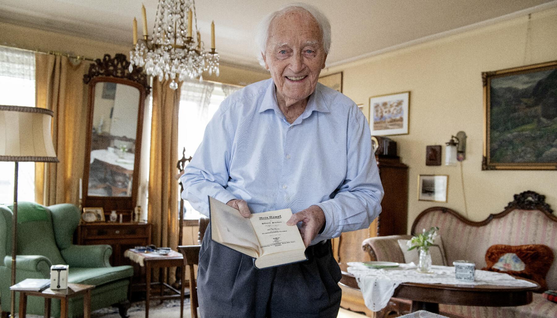 ENGASJERT: Rathke er tidligere politiker og opptatt av at ekstreme holdninger må bekjempes. Her viser han fram sitt eksemplar av Hitlers Mein Kapmf, som han mener er en av verdens tre viktigste bøker, sammen med bibelen og koranen.