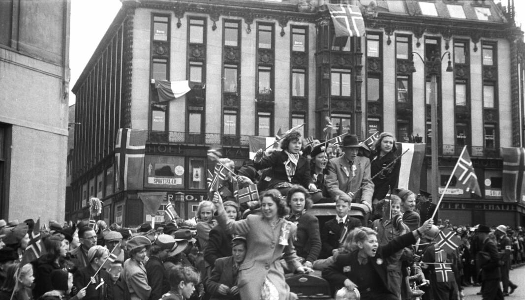FRITT: Store folkemengder samlet seg j på Karl Johans gate i Oslo da Norge var fritt etter 2. verdenskrig