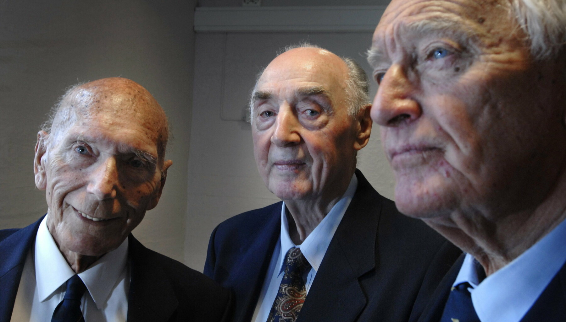 LINGEKLUBBEN: Rathke (t.h) og Strandheim sammen med Eilert Eilertsen, Linge-veteran og tidligere ordfører i Bergen. Alle tre har holdt kontakten med gamle krigskamerater via Lingeklubben.