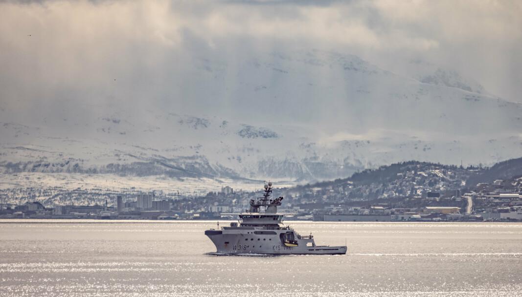 MARINE KAPASITETER: Også Sjøforsvaret bidrar til operasjonen i Grøtsund. Kystvakten skal bidra til å eskortere den amerikanske ubåten trygt til kai og skal sikre fra sjøsiden. Avbildet ser du KV Harstad på vei ut i Grøtsundet, med Tromsø i bakgrunnen.