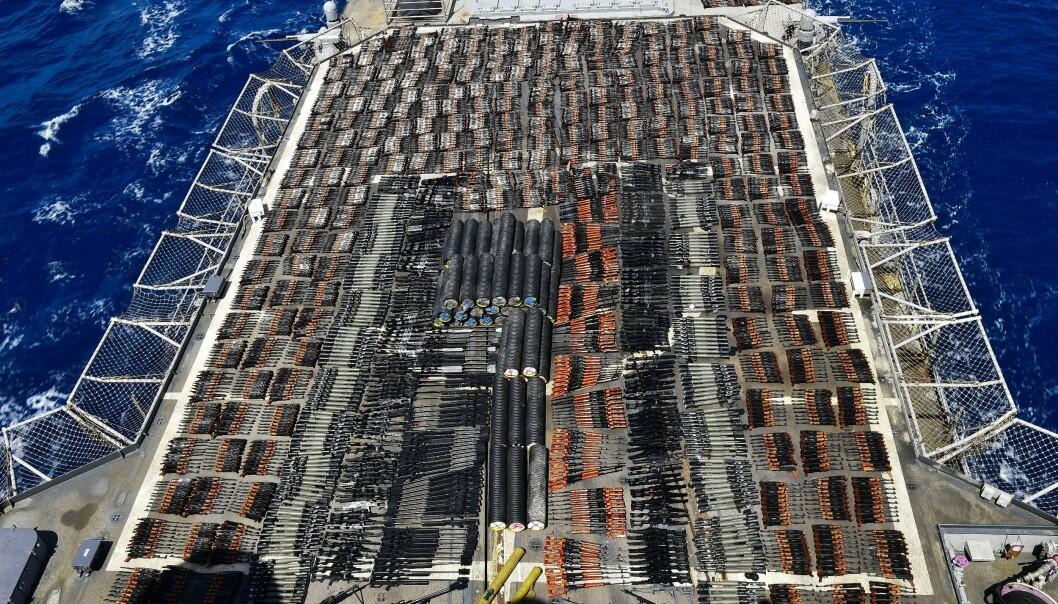 BESLAGLAGT: Våpen som ifølge den amerikanske marinen ble funnet skjult i en statsløs båt, er utstilt på krigsskipet USS Monterey lørdag