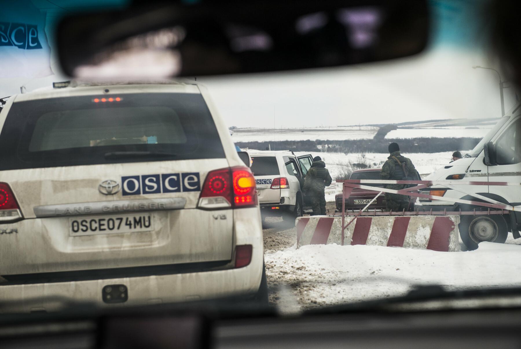 Observatører fra OSSE er på vei gjennom det siste sjekkpunktet på ukrainsk-kontrollert side. Neste punkt tilhører opprørssoldatene. Østfronten. En norsk generalløytnant (Arne Bård Dalhaug) passer på våpenhvilen i Øst-Ukraina. Den brytes hver dag. Organisasjonen for sikkerhet og samarbeid i Europa (OSSE) har 700 observatører i Øst-Ukraina – på begge sider av frontlinja. 20 er norske.