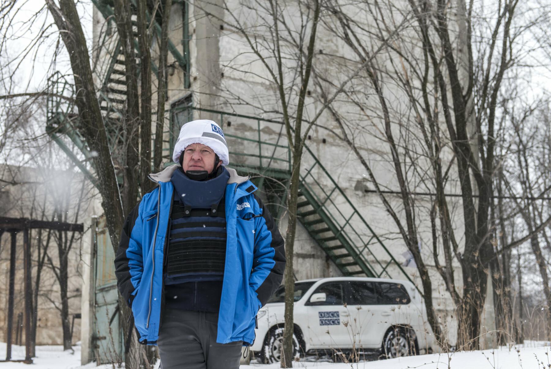 Østfronten. En norsk generalløytnant (Arne Bård Dalhaug) passer på våpenhvilen i Øst-Ukraina. Den brytes hver dag. Organisasjonen for sikkerhet og samarbeid i Europa (OSSE) har 700 observatører i Øst-Ukraina – på begge sider av frontlinja. 20 er norske.