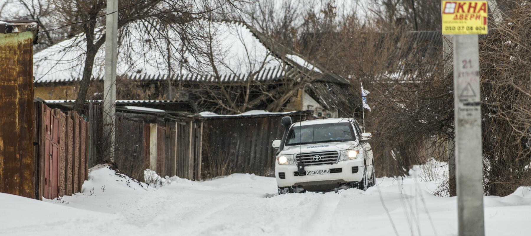 Flere tusen bor i det som kalles gråsonen – den smale landstripa mellom ukrainske styrker og opprørsstyrker. 100 bor i denne landsbyen: Katerynivka.  Østfronten. En norsk generalløytnant (Arne Bård Dalhaug) passer på våpenhvilen i Øst-Ukraina. Den brytes hver dag. Organisasjonen for sikkerhet og samarbeid i Europa (OSSE) har 700 observatører i Øst-Ukraina – på begge sider av frontlinja. 20 er norske.