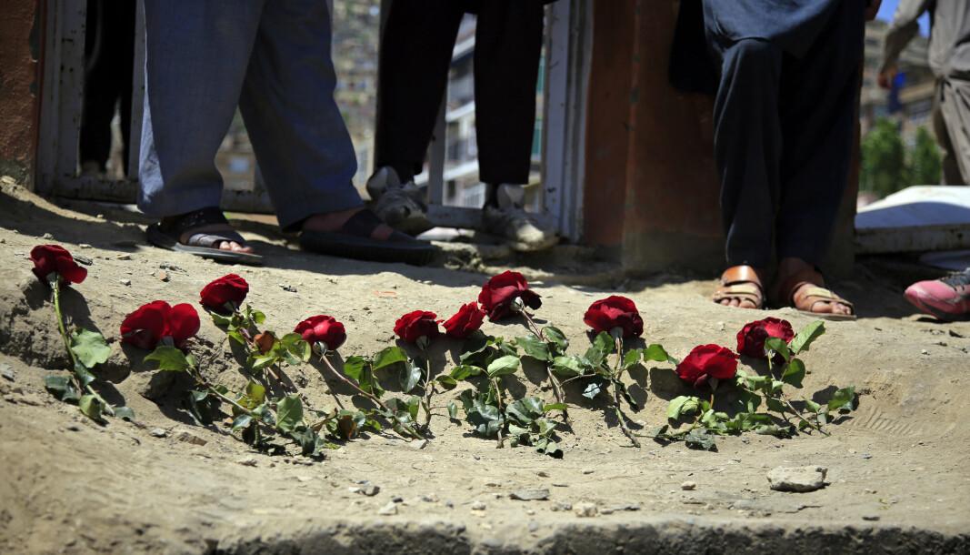 ANGREP: Folk i Kabul har lagt ned roser til minne om jentene som ble drept i terrorangrepet mot en skole lørdag. Over 60 mennesker ble drept, de fleste var jenter på vei ut fra skolen.