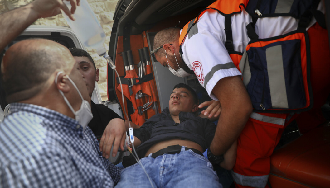 SKADET: En skadd palestiner blir tatt hånd om av ambulansepersonell.