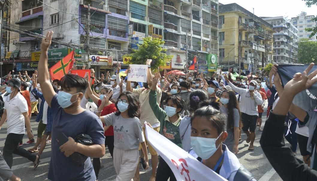 DEMONSTRERER: Militærjuntaens kupp i Myanmar har skapt stor misnøye. Bildet viser demonstranter som marsjererte i Yangon torsdag i forrige uke