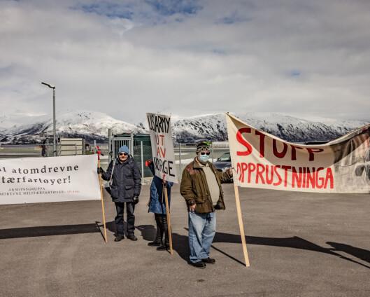 Amerikansk ubåt møtt av demonstranter i Grøtsund