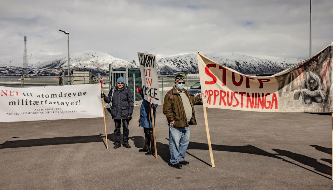 PROTEST: Rundt 15 mennesker møtte opp utenfor gjerdene på Grøtsund havn for å vise sin motstand mot slike anløp.