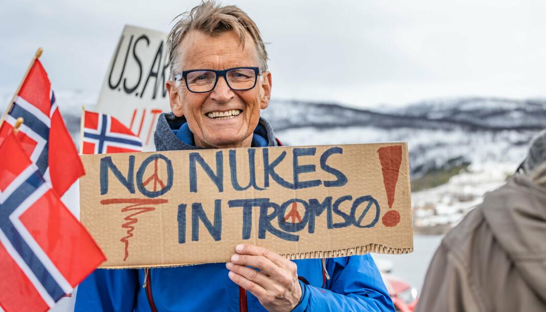 DEMONSTRERER: Mads Gilbert under en demonstrasjon mot at en amerikansk atomdrevet ubåt skal legge til i Grøtsund havn utenfor Tromsø.