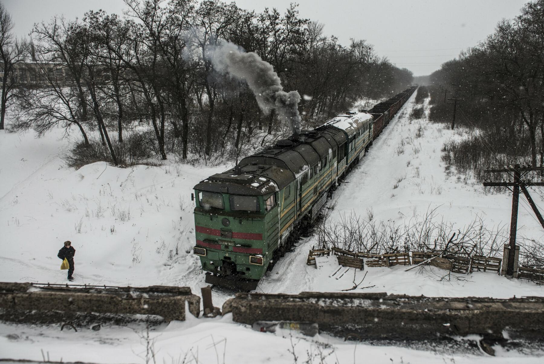 Ukrainske veteraner – som slåss mot opprørsstyrkene i 2014 – blokkerer togene som skal hente kull øst for frontlinja.