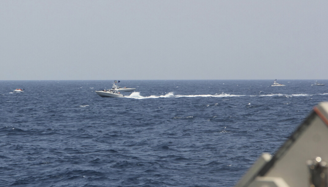 BEVÆPNET: En av de 13 iranske båtene som ifølge den amerikanske marinen beveget seg utrygt rundt amerikanske krigsskip i Hormuzstredet. Båten er bevæpnet med maskingevær.