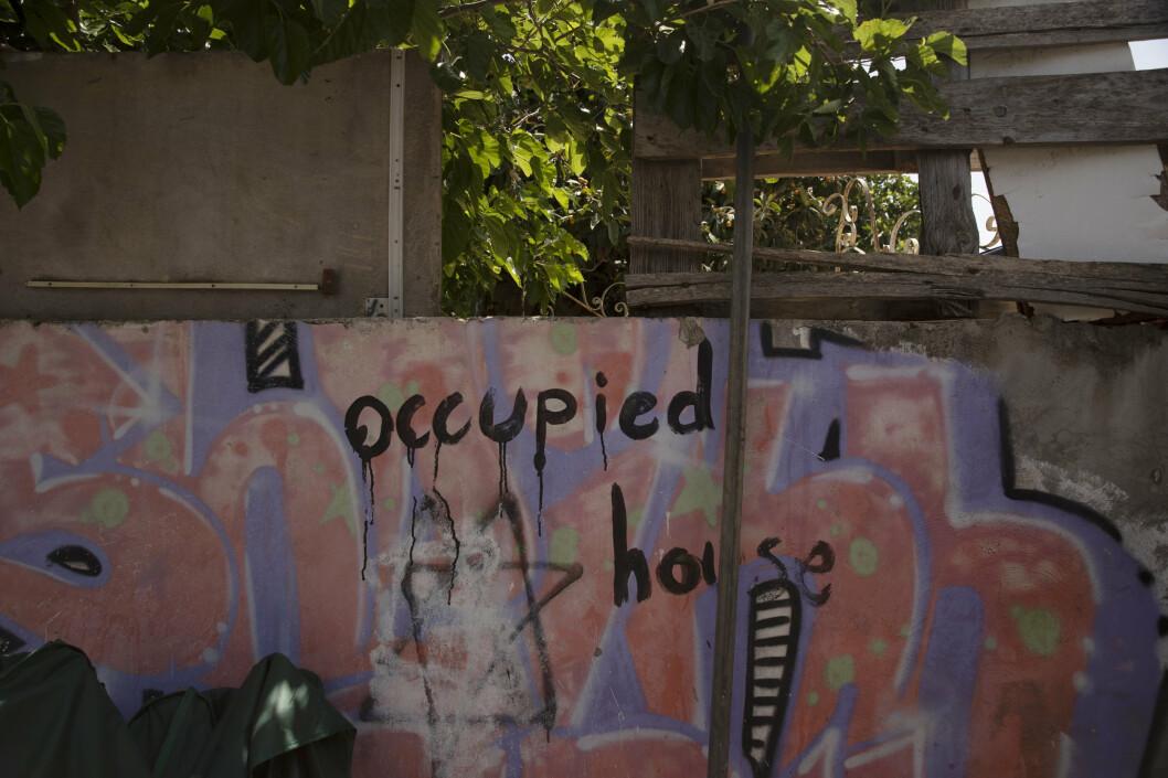 Graffiti på veggen i eit nabolag i Aust-Jerusalem. I dette området står fleire palestinarar i fare for å miste husa sine. Fleire eigedomar er allereie okkupert av jødiske busettarar.