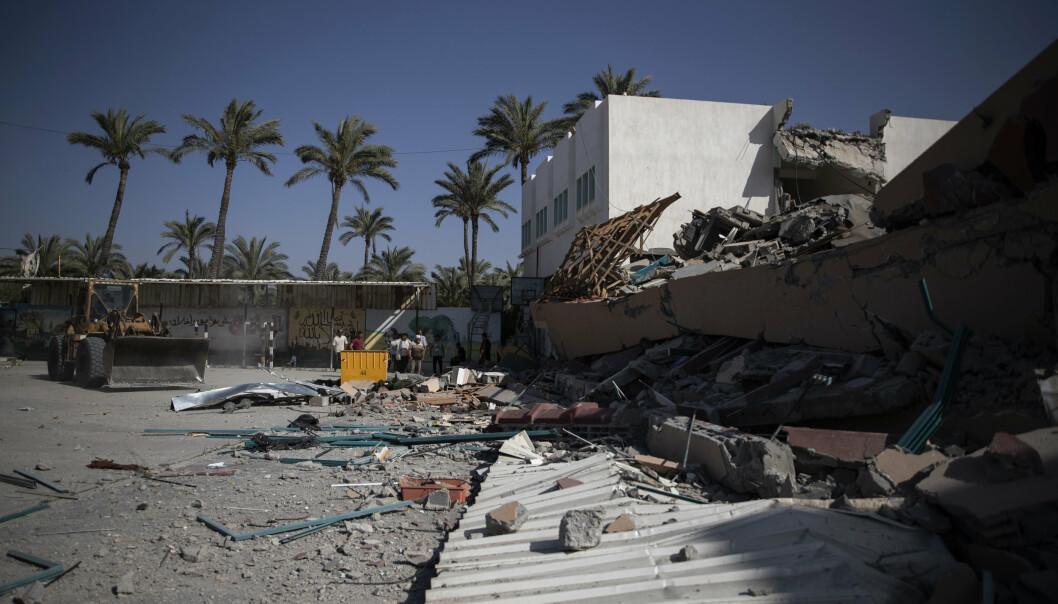 TIRSDAG: Palestinere rydder opp restene etter rakettangrep fra Palestina.