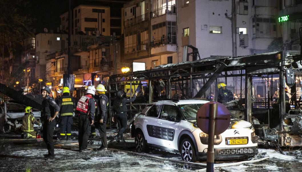 RAKETTER: Brannmannskaper i byen Holon utenfor Tel Aviv etter at raketter fra Gaza var blitt avfyrt natt til onsdag.