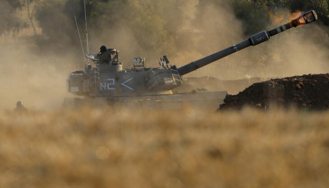 SKYTER: Israelsk stridsvogn på grensen til Gazastripen, torsdag 13. mai.