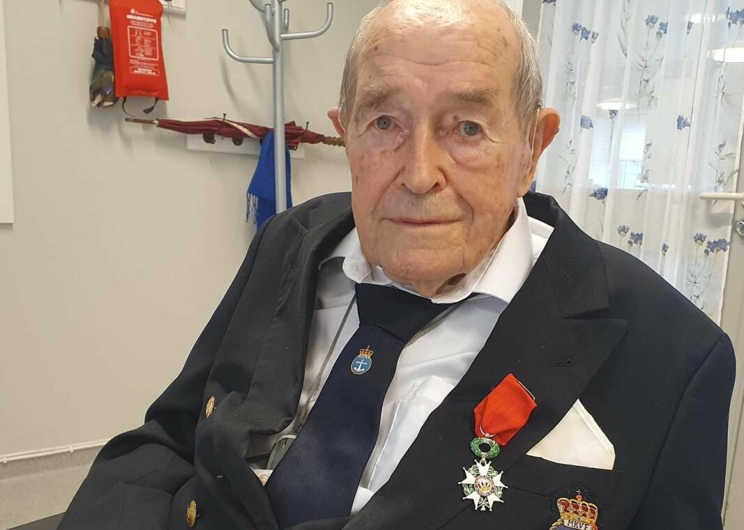 FIKK UTSTEDT DØDSATTEST: Monrad Mosberg (103) var om bord i KNM «Svenner» som ble torpedert på D-dagen utenfor kysten av Normandie. Alle trodde 26-åringen var død – til han troppet opp på Sjøforsvarets overkommando i London.