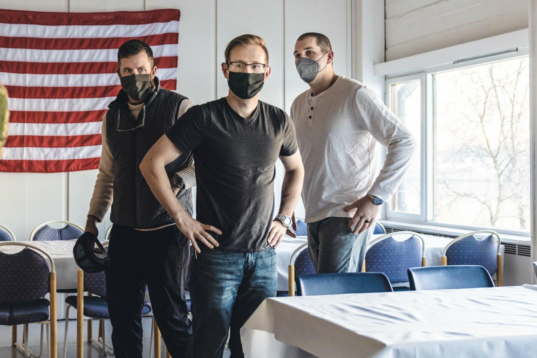 PÅ PLASS I TROMSØ: Skipssjef Jared Smith (t.v), sammen med maskinist Brendon Perry (i midten) og Lt. commander Matthew White (t.h).