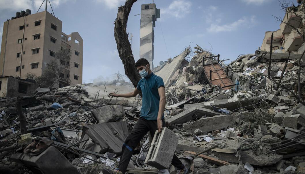 RUINER: En palestinsk mann i ruinene av et høyhus som ble rammest av et israelsk luftangrep.