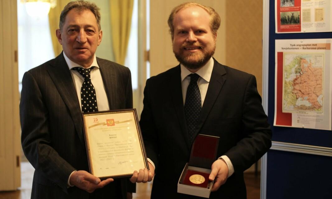 OVERREKKELSE: Russlands ambassadør (t.v) sammen med Håkon O. V. Vinje.