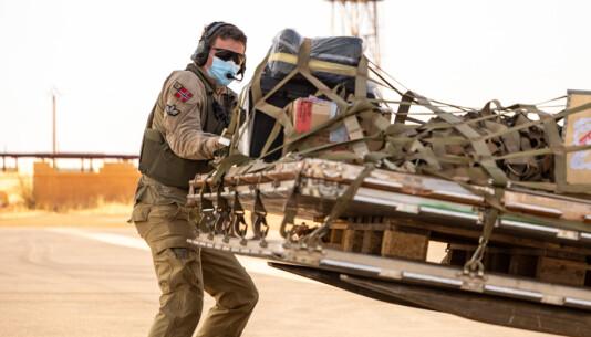 TODELT: Dette er den todelte flightsuiten brukt av lastemester i Mali. Den ser ut som en vanlig todelt uniform.