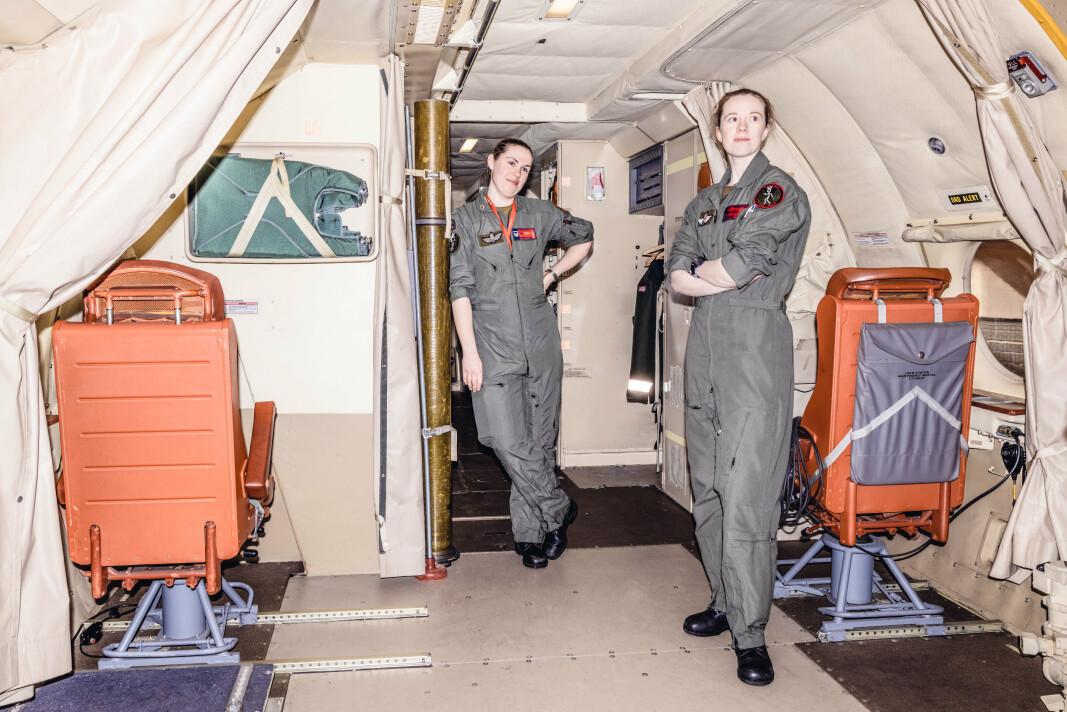 BEKLEDNING: Mannskapet om bord bruker flightsuit når de er ute og flyr. Det er et plagg som må helt av på overkroppen når kvinnene skal tisse. Runa (t.v.) og Kristin.