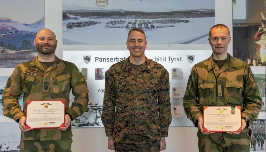 MEDALJE: Mats Randers (t.v) og Kenneth Hol (t.h) fikk tildelt Navy and Marine Corps Achievement Medal.