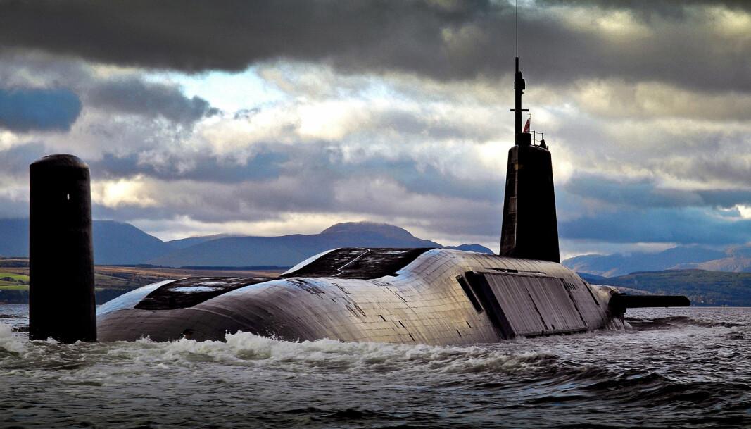 AVSKREKKING: HMS Vengeance, en av Storbritannias fire ubåter i Vanguard-klassen, på vei til sin hjemmehavn HMNB Clyde etter å ha fullført en øvelse i 2015.