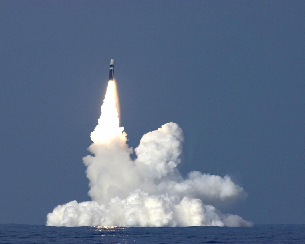 MISSIL: Et Trident II D5-missil bryter overflaten etter å ha blitt avfyrt fra ubåten HMS Vanguard.