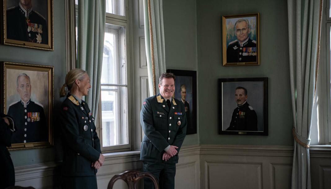TRADISJON TRO: Ingrid Gjerde (t.v) og Erlend Bekkestad (t.h) omringet av portrettene av gamle skolesjefer ved Krigsskolen. Onsdag var det Gjerde og Bekkestads tur.