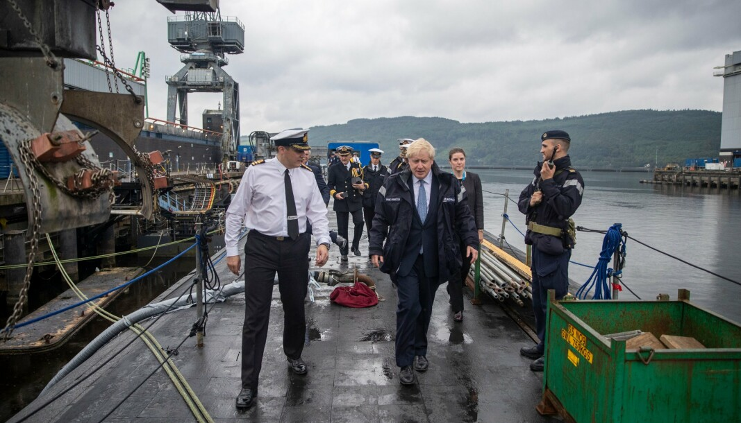 UBÅT-BESØK: Storbritannias statsminister Boris Johnson på besøk til orlogsstasjonen HMNB Clyde i 2019, hvor han fikk omvisning på en av landets fire atomdrevne undervannsbåter av Vanguard-klassen, som har base der og er utstyrt med Trident D5 atommissiler