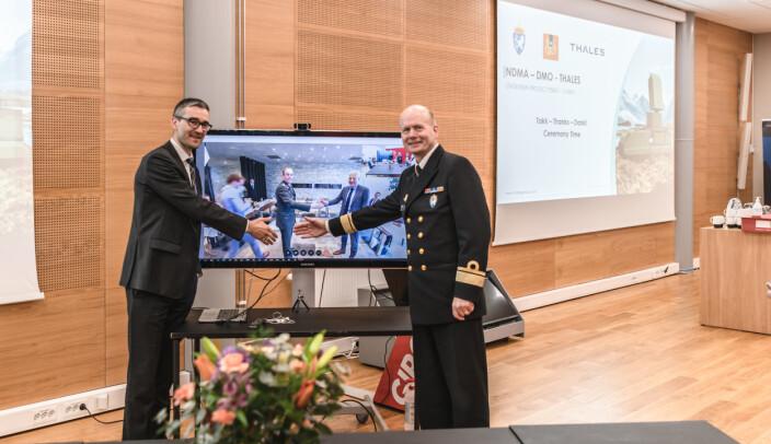 DIGITALT: Kontreadmiral Bjørge Aase (t.h.) og Nils Toverud (t.v.) i Thales Norge tar et digitalt håndavtrykk med sine samarbeidspartnere i Nederland.