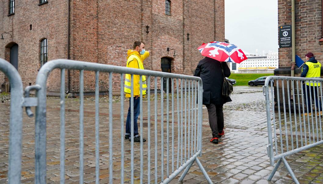 VAKSINERES: Sperringer og vakter utenfor bygningen på Akershus festning der samfunnskritisk nøkkelpersonell blir vaksinert mot Covid-19.