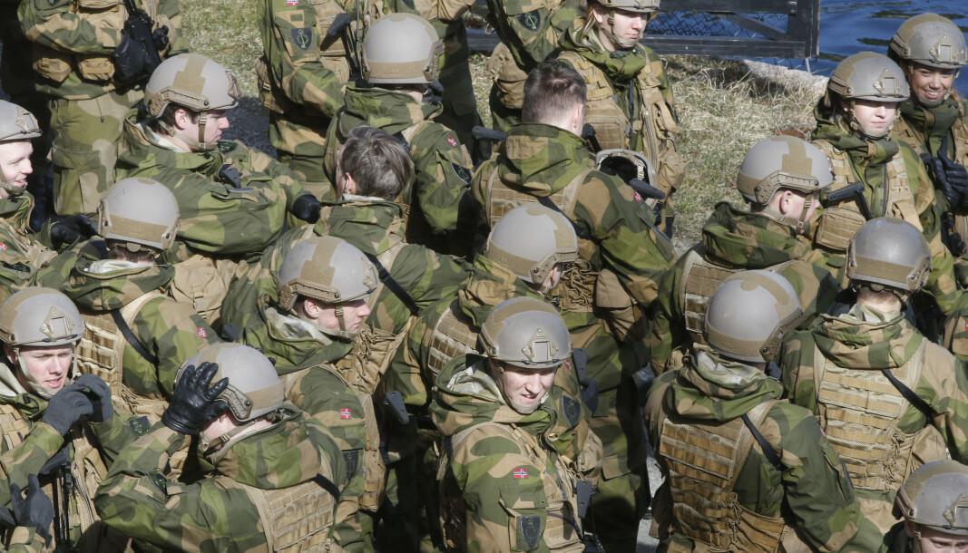 Alle som har tjenestegjort i Forsvaret har gjort en viktig innsats for å bevare Norges trygghet, skriver forsvarsminister Frank Bakke-Jensen. Her ser vi soldater på Oscarsborg festning under en minnesmarkering.