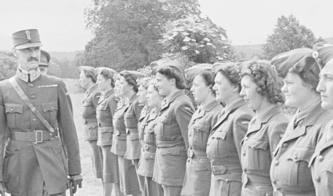 INSPEKSJON: H.M. Kong Haakon og H.K.H. Kronprins Olav besøkte i juli måned 1943 norske forlegninger i Skottland. Her inspiserer kong Haakon rekruttene.