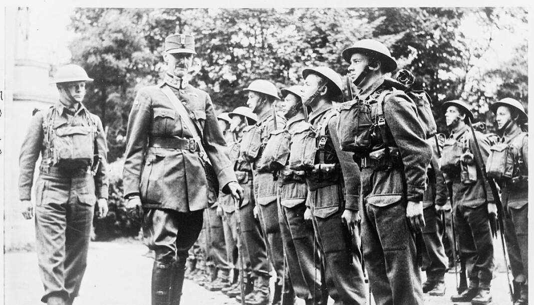 INSEKSJON: Kongen og kronprinsen inspiserer norske troppestyrker i Storbritannia under andre verdenskrig.