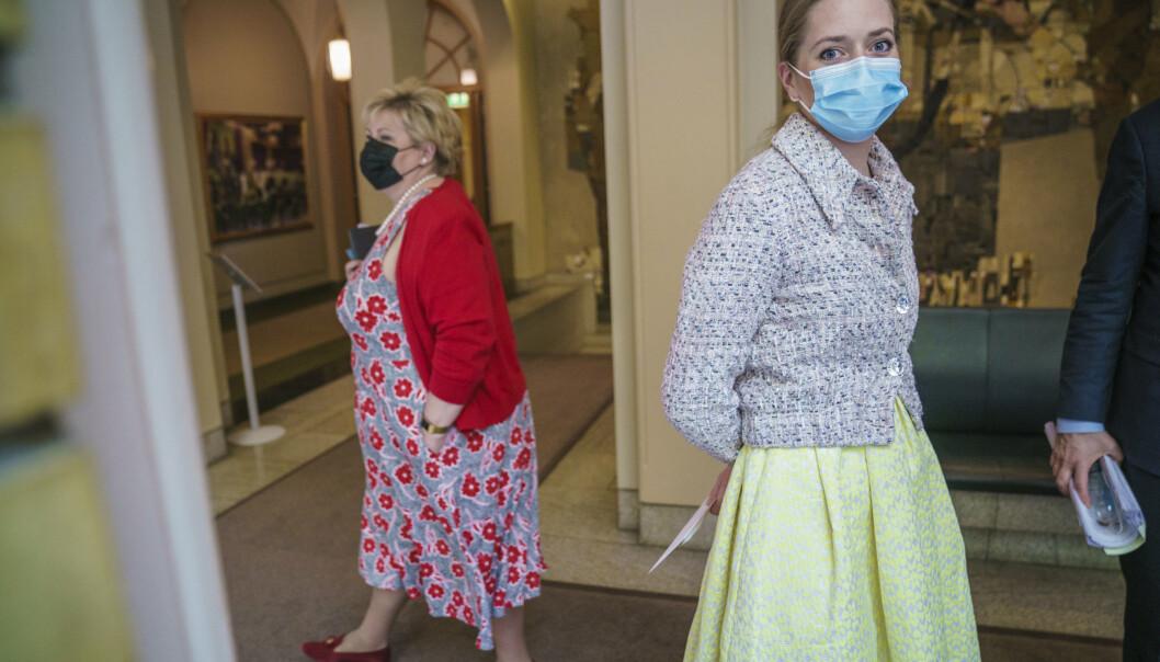 KRITISK: Emilie Enger Mehl (t.h.) fyrte løs mot regjeringen i Stortinget fredag. Bak er statsminister Erna Solberg