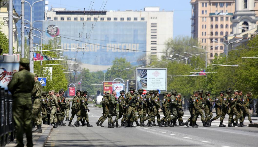 SOLDATER: Her ser vi soldater i i Donetsk Ukraina under en parade i år. Mange fremmedkrigere, blant annet fra Serbia har kommet til fronten, skriver John Færseth.