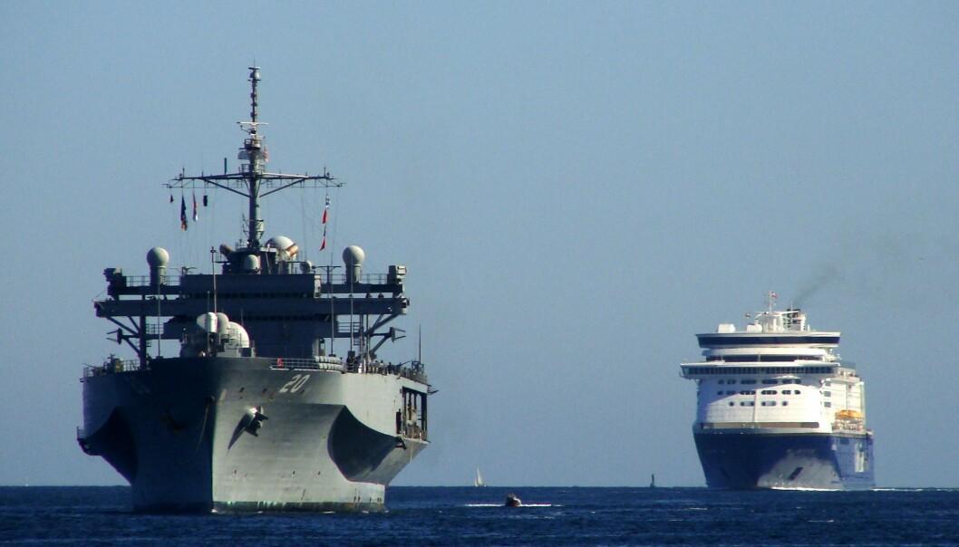 FARTØY: Kommandoskipet USS «Mount Whitney» ble bygget i 1969. Her ser vi Kiel-ferja seilende bak det amerikanske fartøyet i 2011.