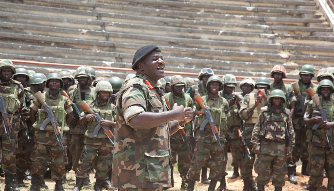 Edward Katumba Wamala henvender seg til soldater fra 7. batallion i Somali National Stadium i Mogadishu.