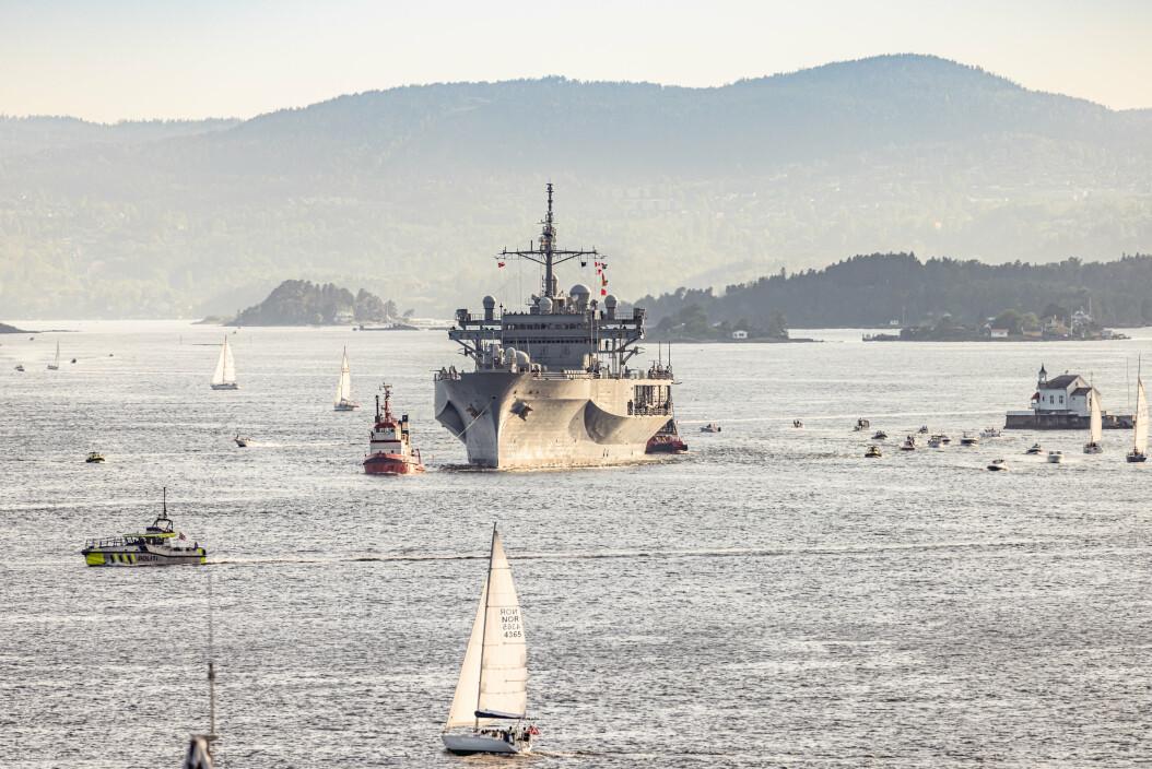 ESKORTERT: «USS Mount Whitney» ble eskortert av Kystvakten i Bergen når den var på vei inn til Akershuskaia.